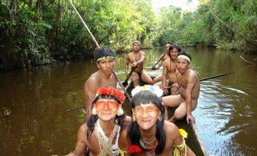 Bootsfahrt von indigenen Huaoranis