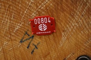 Markierung an einem frisch geschlagenen Baum