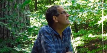 Käferexperte Heinz Bußler steht an Eichenstamm